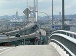 f0130 鳴尾浜から深江まで阪神高速湾岸線に沿って海を渡る橋に歩道があります